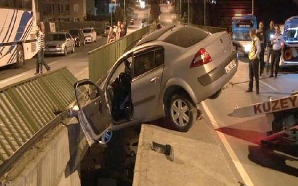 Otomobil 30 metrede asılı kaldı