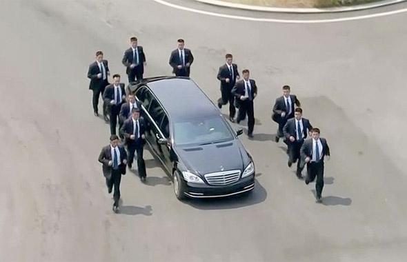 Kim'in adamları bunlar! Dünyanın izlediği ilginç görüntü
