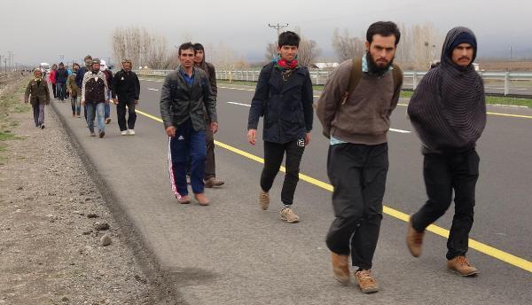 Akın akın geliyorlar! Sınıra 1.5 milyon Afgan yığıldı...