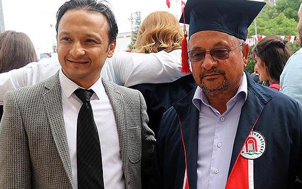 61 yaşında oğlunun elinden diploma aldı