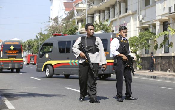 Endonezya'da polis merkezine bombalı saldırı