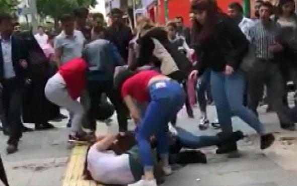 Genç kızların cadde ortasında akıl almaz kavgası! - Sayfa 1