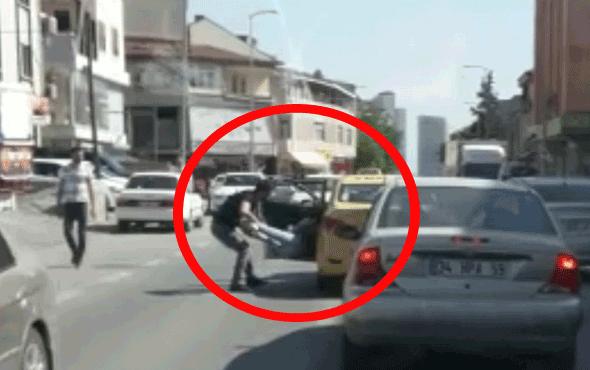 Trafikte dehşet anları... Kadın yolcuyu aşağı attı!