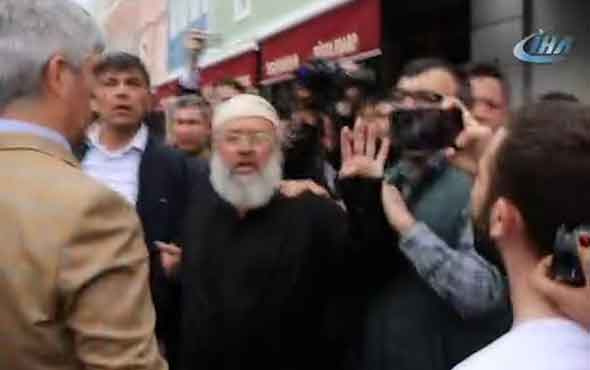Abdullah Gül'e cenazede 'Rabia'lı protesto 'Reisime ihanet etti'