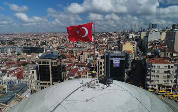 Taksim camisi kubbesi kapatıldı Türk bayrağı dikildi