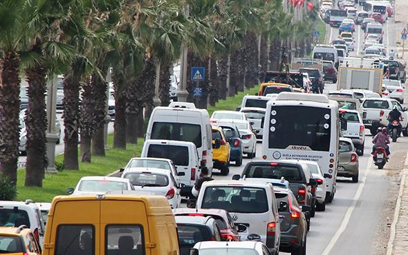 Trafik durdu: Tatil cennetinde kilometrelerce kuyruk!