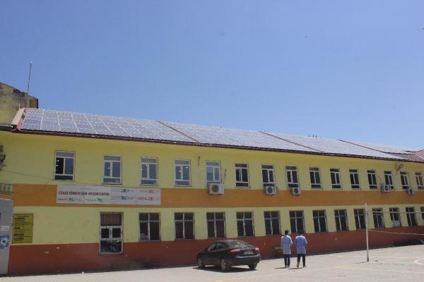 Muş'taki bu okul elektriğe para ödemiyor çatıdan üretiyor
