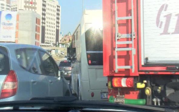 İtfaiyenin yol vermeyen minibüs sürücüsüne tepkisi: Aferin minibüs