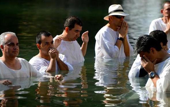 Vaftiz töreninde şok! Timsah dini lideri yuttu!