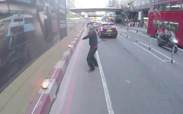 Kızgın bisikletçi havalı kornayla terör estirdi