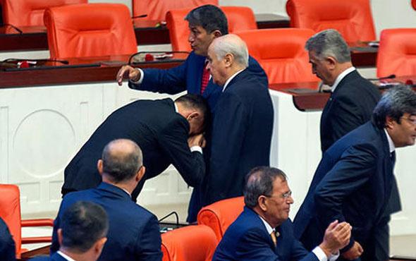 İYİ Partili vekil Bahçeli'nin elini öptü