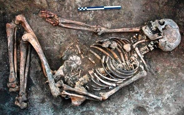 Mezarından çıkarıp kemiklerini süslemişler