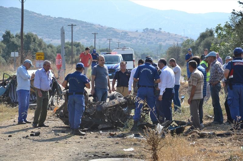 İzmir'de feci kaza! Otomobil ikiye bölündü - Sayfa 3