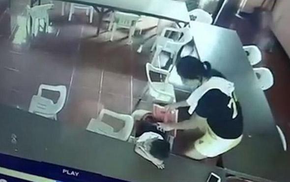 Uyku sersemi öğrenci, çanta yerine sandalyeyi giymeye çalışırsa