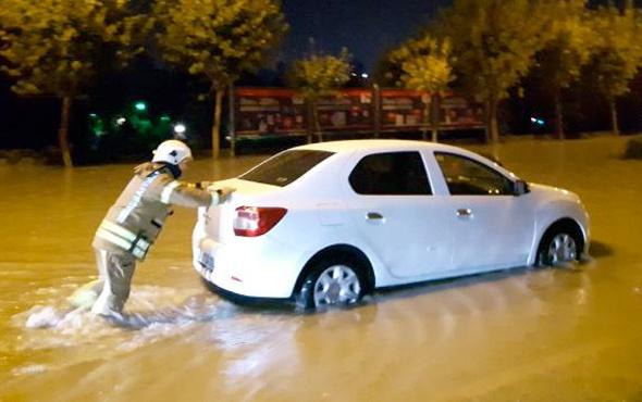Yağış nedeniyle mahsur kalan araçları itfaiye kurtardı