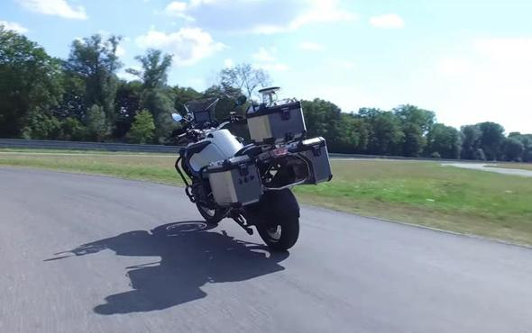 Herkesten gizleniyordu ilk tur tamam! BMW sürücüsüz motosikletini tanıttı