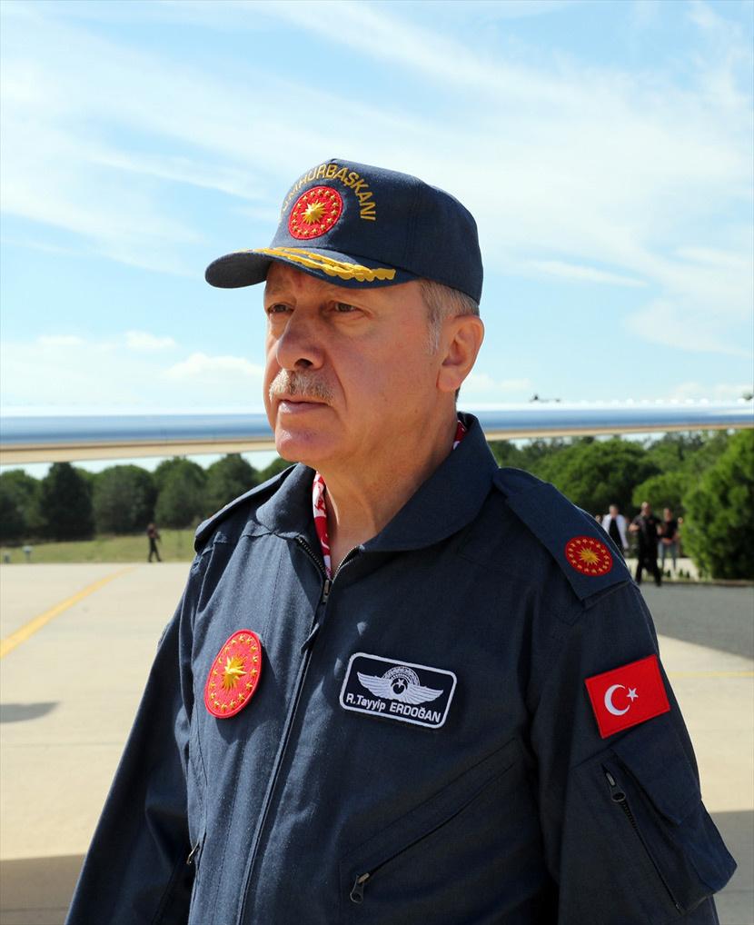 Erdoğan'dan büyük sürpriz! Pilot üniformasıyla alana geldi