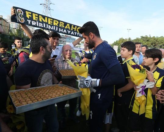 Ali Koç'u görünce hüngür hüngür ağladı! Açılan pankart dikkat çekti