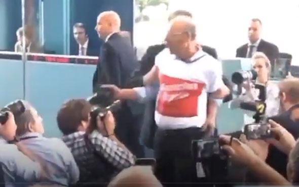 Erdoğan Merkel basın toplantısında salondan atılan kişi