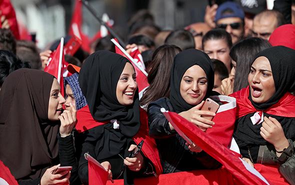 Avrupa'da yaşayan Türkler Erdoğan'ı karşılamak için Köln'e akın etti