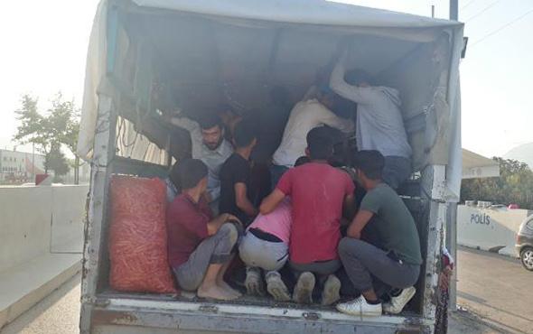 Akıl almaz görüntü: Kamyonet kasasında 34 kişi!