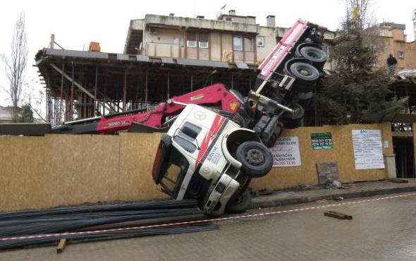 Kadıköy'de vinç devrildi, operatör yara almadan kurtuldu