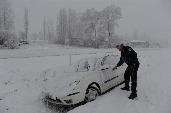 Tokat - Sivas yolu kapandı Tokat Niksar yolunda araçlar kaldı
