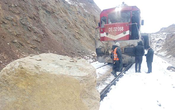 Faciadan dönüldü: Dağdan kopan dev kaya trene çarptı!