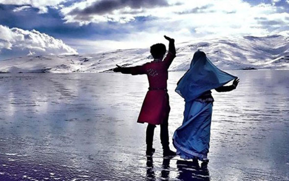 Buzla kaplanan Çıldır Gölü'nden muhteşem görüntüler