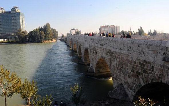 16 asırlık köprüde kahreden görüntü! Bir tarihin üzerinde bakın neler yazıyor