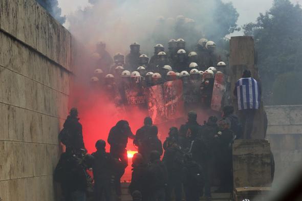 Makedonya ile anlaşma Yunanistan'ı karıştırdı