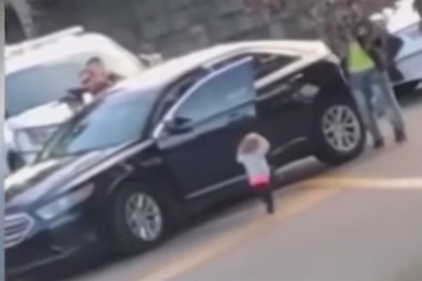 Efsane bir görüntü! ABD'de babası gözaltına alınan bebeğin yaptığına bakın