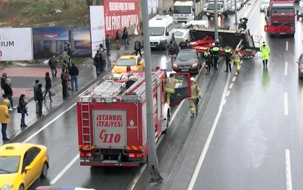 D 100'de korkutan kaza! Vinç devrildi trafik kilit