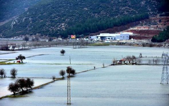 Muğla'da şiddetli yağış sonrası tarım arazileri göle döndü