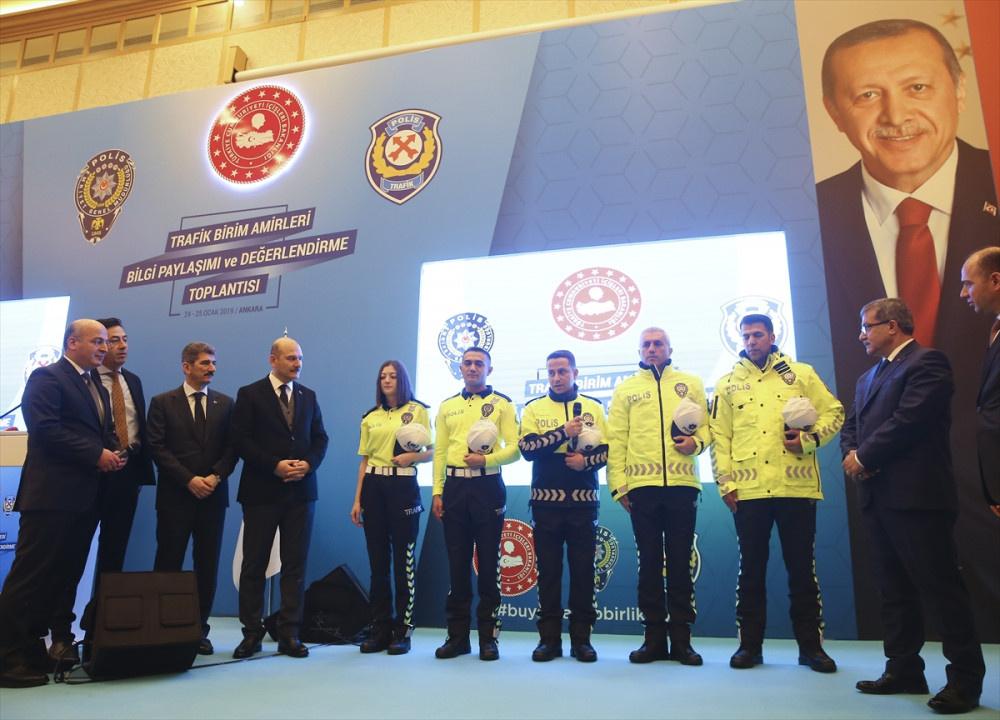 Yeni polis kıyafetlerine bakın Bakan Soylu canlı yayında sürpriz yaptı! - Sayfa 1