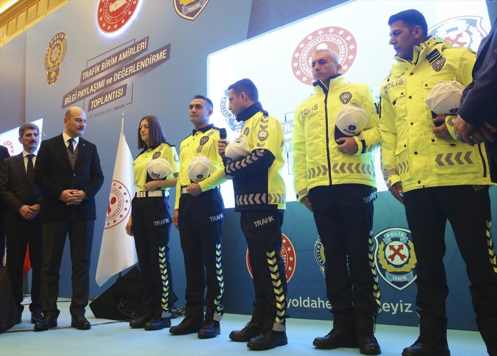 Yeni polis kıyafetlerine bakın Bakan Soylu canlı yayında sürpriz yaptı! - Sayfa 2