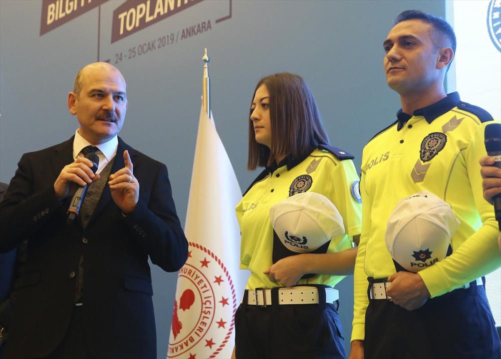 Yeni polis kıyafetlerine bakın Bakan Soylu canlı yayında sürpriz yaptı! - Sayfa 3
