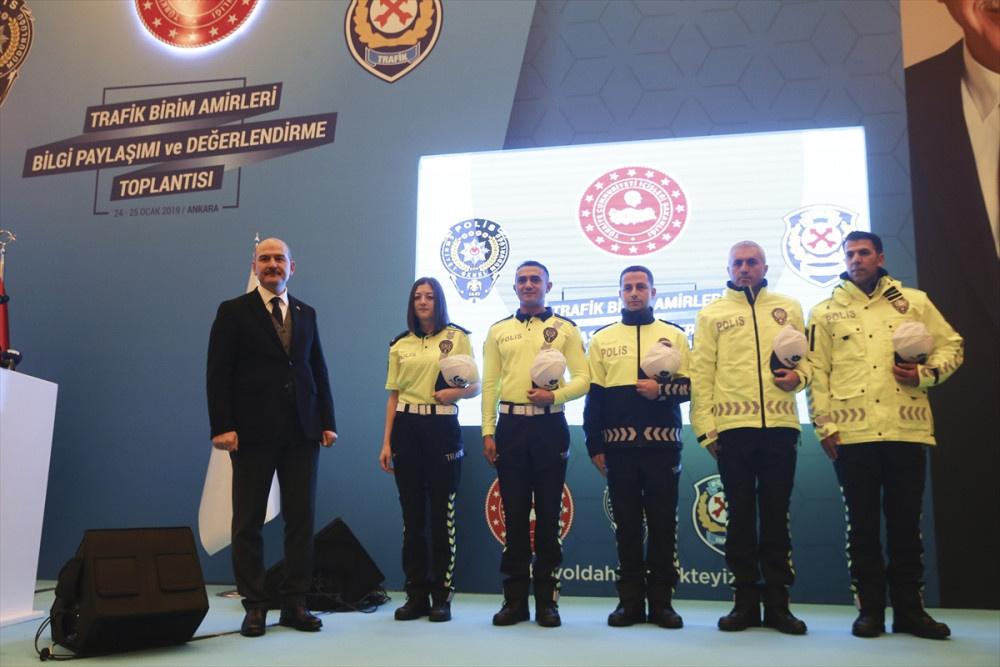 Yeni polis kıyafetlerine bakın Bakan Soylu canlı yayında sürpriz yaptı! - Sayfa 4
