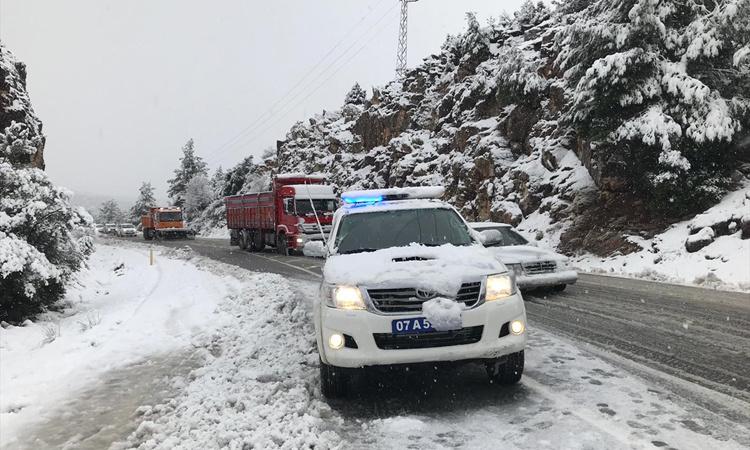 Antalya hava durumu kar yağışı Konya yolunu kapatıyor