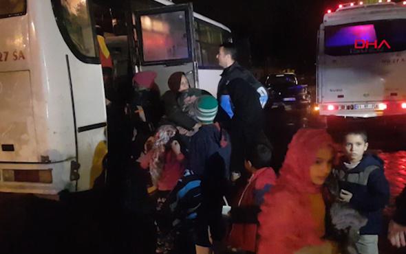 Adana Ceyhan nehri taşınca çadırlarda yaşayan aileler spor salonuna taşındı