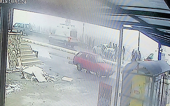 Araçtan fırlayıp bariyerlere çarptı! Korkunç kaza kamerada