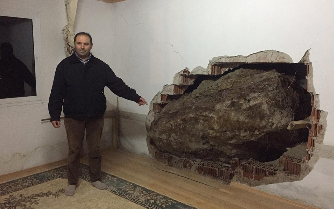 İzmir'de kopan kaya parçası eve girdi