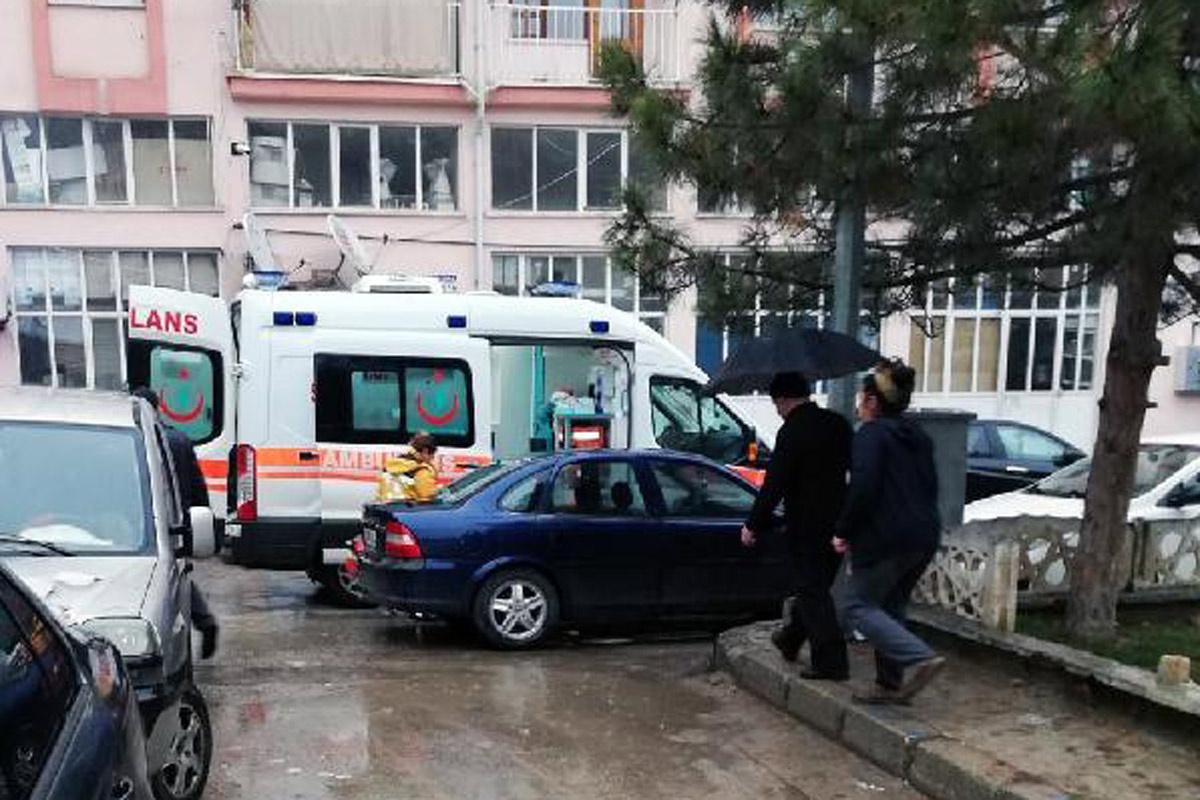 Isparta'da sorumsuzluk can aldı ambulans araçlar yüzünden sokağa giremedi