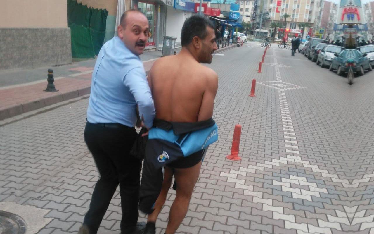 Bursa'da çıplak vatandaş şoku! Zabıta kendi kıyafetini verdi