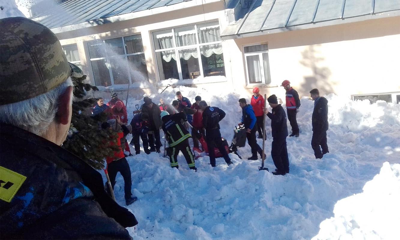 Uludağ'da çatıdan düşen karlar sonucu 6 kişi ölümden döndü