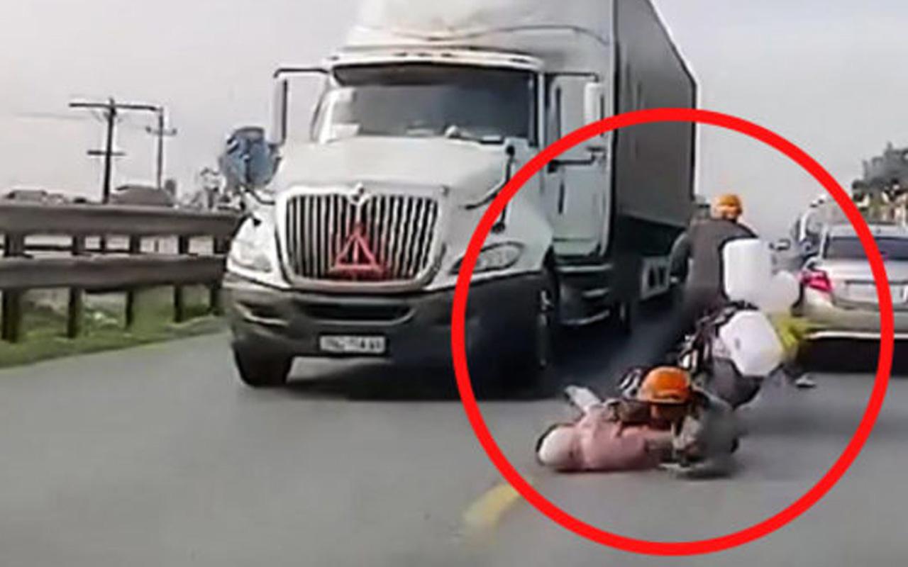 Motosikletten düşen anne ve bebeğin dehşet anları!