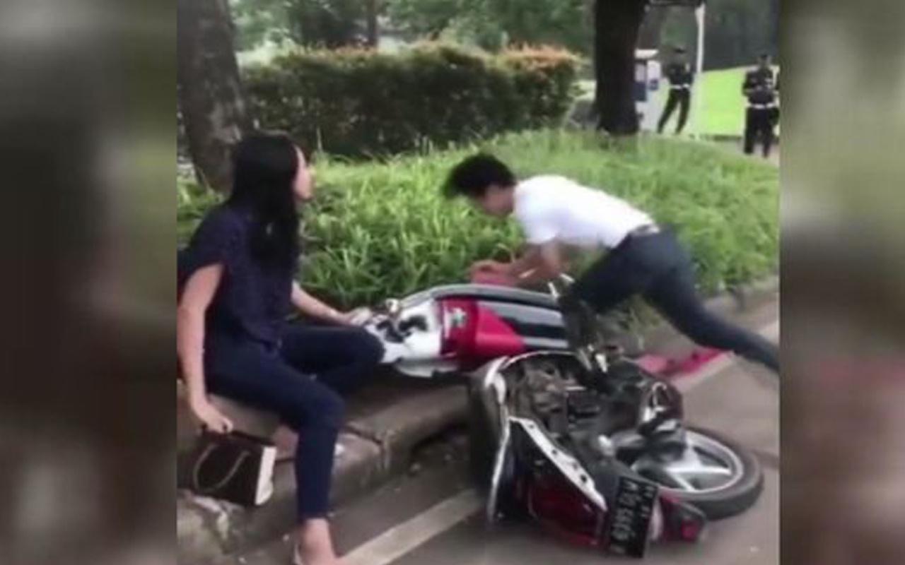 Trafik cezasına kızdı, motosikletini parçaladı