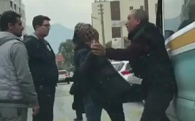 Minibüsçüyü tekme tokat döven kadın kamerada!
