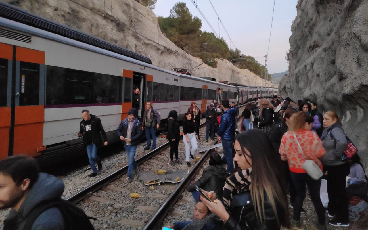 Barselona'da iki tren çarpıştı: Ölü ve yaralılar var!