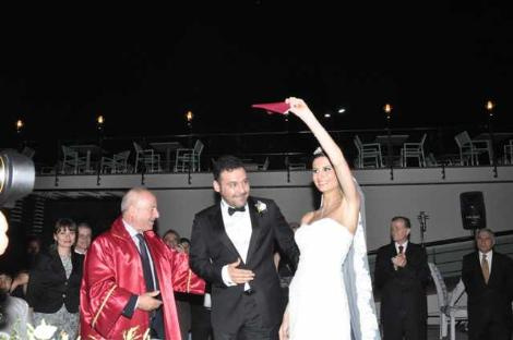 Ünlü şarkıcı Yaşar evlendi